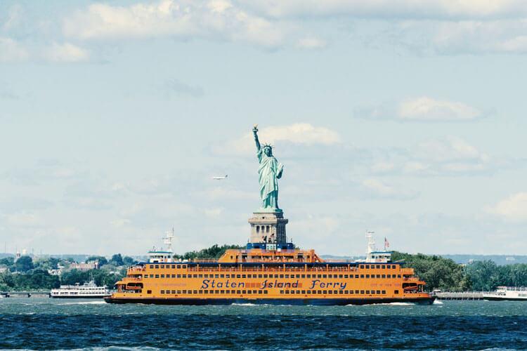 ferry staten island que va a empire outlets pasando delante de la estatua de la libertad