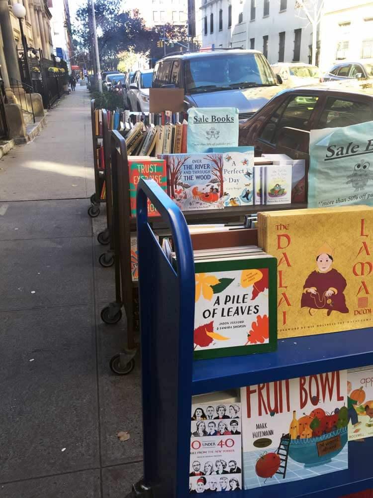 Carritos de libros en la calle de una librería en Nueva York